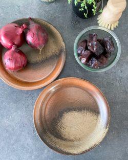 Set van 2 vintage borden van aardewerk bruin